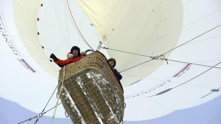Slik ser det ut når Jean-Louis Etienne stiger til værs i luftballongen sin. (Foto: PHILIPPE DESMAZES/AFP)
