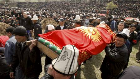 10.000 mennesker deltok i en begravelse i utkanten av Bisjkek lørdag. (Foto: VASILY FEDOSENKO/REUTERS)