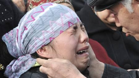 En kvinne gråter under massebegravelsen til de 78 som har mistet livet i Kirgisistan den siste tiden. (Foto: VYACHESLAV OSELEDKO/AFP)