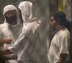 Fanger venter på et måltid i leir 6 på Guantánamobasen. (Foto: Paul J. Richards)