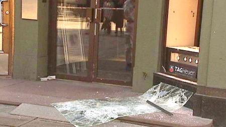 KNUSTE VINDU: Tyvene knuste et vindu før de forlot gullsmedforretningen søndag morgen.  (Foto: eRIK Monrad-Hansen)