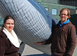 Siri Martinsen i NOAH og Odd Harald Eidsmo i Dyrebeskyttelsen   Norge samlet onsdag underskrifter i Oslo mot hvalfangst. Med seg på laget   hadde de en hval i naturlig størrelse. (Foto: Kjell Persen)