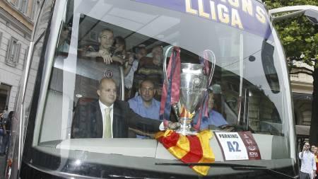 Barcelona-spillerne kjørte buss gjennom byen og viste frem Champions-league-trofeet i 2009. Nå må spillerne belage seg på en langt mindre glamorøs busstur til Milano. (Foto: ALESSANDRA TARANTINO/AP)