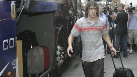MÅ TA BUSS: Carles Puyol. (Foto: RICCARDO DE LUCA/AP)