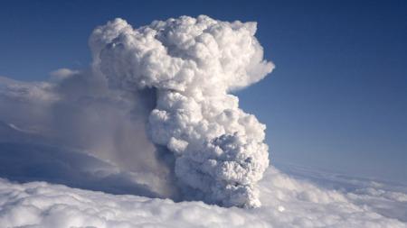 FULL STANS: Røyk fra utbruddet i vulkanen under Eyjafjallajökull setter flyene i Norge på bakken. (Foto: Ingolfur Juliusson)