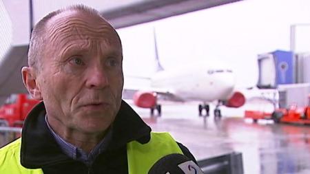 FARLIG FOR MOTORENE: Helge Andreassen i Luftfartstilsynet forklarer om askefaren.