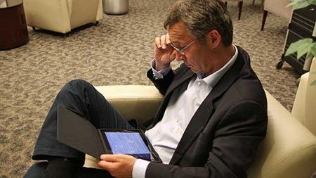 VENTING: Statsminister Jens Stoltenberg venter på flyplassen i New York mens han sjekker ut sin nye iPad. (Foto: Statsministerens kontor/flickr)