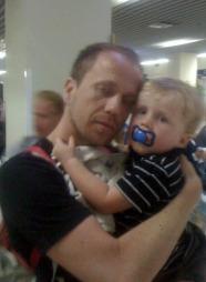 LANG REISE: Ask får trøst av pappa Rune på hotellet på Kreta etter en allerede lang reise fra Egypt. (Foto: Privat)