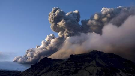 UTBRUDD: Eyjafjallajokull fortsetter å sende aske til værs etter   vulkanutbruddet på Island. (Foto: INGOLFUR JULIUSSON/Reuters)