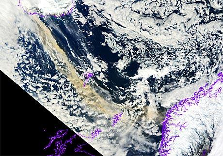 Slik ser askeskyen fra vulkanen ut med naturlige farger. Bildet   viser at skyen (i brunt) inneholder store mengder aske.