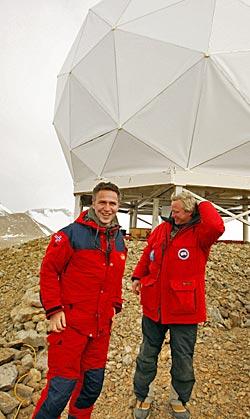 I 2008 åpnet statsminister Jens Stoltenberg og direktør i Kongsberg   Satellite Services, Rolf Skatteboe, satellittstasjonen TrollSat ved den   norske forskningsstasjonen Troll i Dronning Maud land.