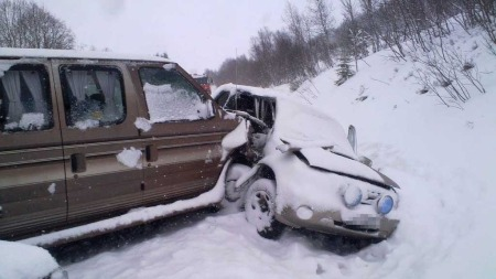 SJU SKADET: Totalt sju personer ble skadet i ei trafikkulykke på E136 på Ørskogfjellet på Sunnmøre.  (Foto: Arne Rovick / TV 2)