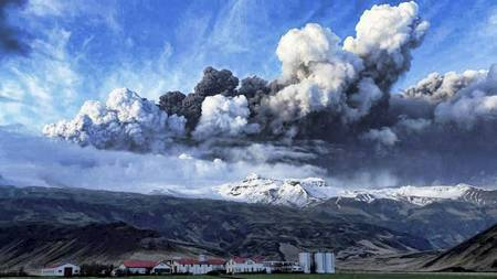 Vulkansk aske stiger til værs over Eyjafjallajökul-isbreen sør på Island. (Foto: HO/REUTERS)