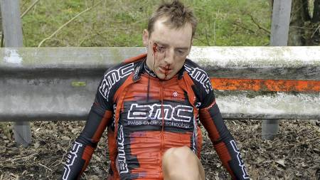 Dutch Karsten Kroon of   team BMC Racing sits injured after a fall, during the seventy-fourth   edition of the one day (Foto: BENOIT DOPPAGNE/AFP)