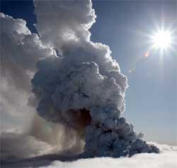 Utbruddet sendte aske flere kilometer opp i atmosfæren. (Foto: bmwkraftur)