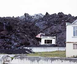 Aske og lava ødela halve byen på Heimaey i 1973. (Foto: Wikipedia Commons)