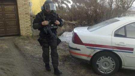 Bevæpnede politistyrker har pågrepet den antatte gjerningsmannen etter politidrapet i Mo i Rana. (Foto: MMS Terje Dalen/TV 2/)