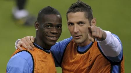 ANGREPET: Mario Balotelli og Marco Materazzi i et mer lykkelig øyeblikk enn på tirsdag. (Foto: LLUIS GENE/AFP)