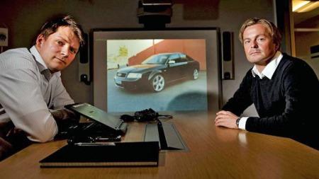 Gjensidiges utredere Eivind Sverdrup (f.v.) og Tore Sætrum arbeider med å spore opp bilene. Nå utlover de dusør for opplysninger som fører til at en Audi og en Subaru blir funnet.  (Foto:  Eirik Hagesæter, ba.no/ANB)
