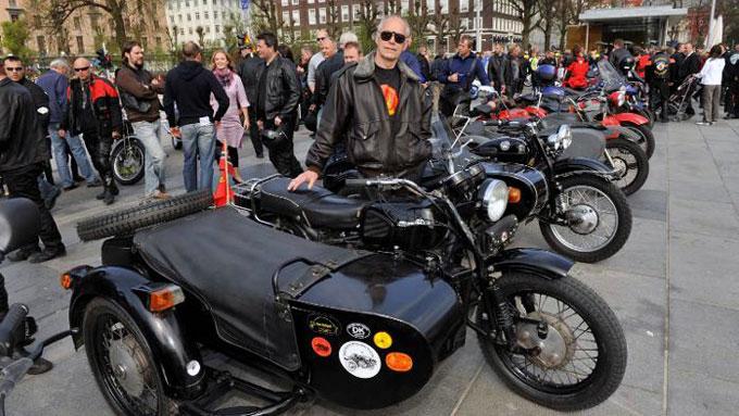 Kjell Toklum med sin russiske sykkel med sidevogn er med i Norsk Russisk motorsykkel klubb.  (Foto: Eirik Hagesæter, ba.no / ANB)