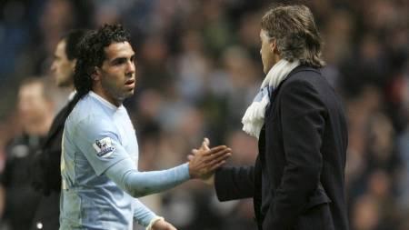 TAKK FOR KAMPEN: Roberto Mancini takker Carlos Tevez for innsatsen etter kampen mot Wigan. (Foto: Tim Hales/AP)