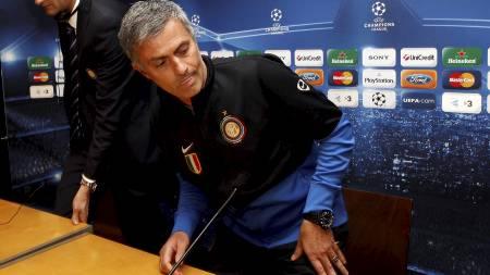 MÅTTE RØMME: Jose Mourinhos bil ble angrepet av illsinte Barca-fans.   (Foto: ALESSANDRO BIANCHI/Reuters)