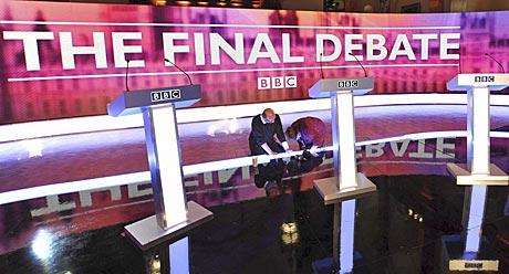 Scenen der den tredje og siste tvoverførte partilederdebatten skal foregå gjøres klar i Birmingham. (Foto: Reuters)