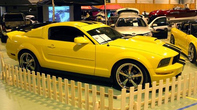 Denne gule Ford Mustangen var blant de mange fete bilene publikum oppleve. Foto: Demokraten