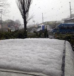 En cm snø på biltaket. (Foto: Jon Hagebø)