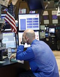 BØRSENE NED: En aksjespesialist på Wall Street fortviler etter at frykten for at EU ikke skal klare å få kontroll med Hellas gjeldsproblemer sendte børesene ned i hele verden. (Foto: AP Photo/David Karp)