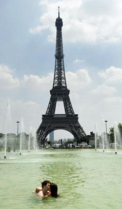 NEDKJØLING: Blir det for hett, er det bare å hoppe i fontenen foran Eiffeltårnet. (Foto: SCANPIX)