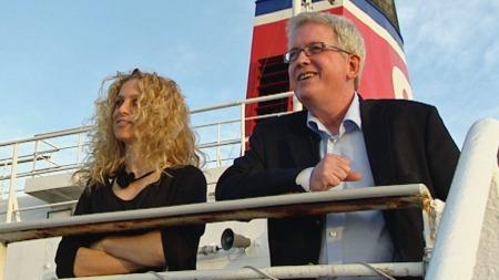 UT MOT HAVET: Programelder Henriette Lien og vin- og matekspert Arnie Stalheim om bord på Stena Saga. (Foto: Ørnulf Riisnæs)