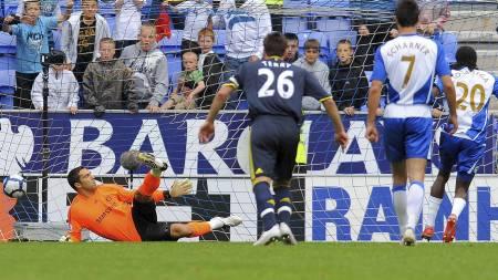STRAFFET CHELSEA SIST: Hugo Rodallega setter inn 2-1 til Wigan på straffe. Chelseas Petr Cech ble utvist da Wigan fikk straffen. Wigan vant til slutt 3-1 hjemme mot Chelsea. (Foto: ANDREW YATES/AFP)