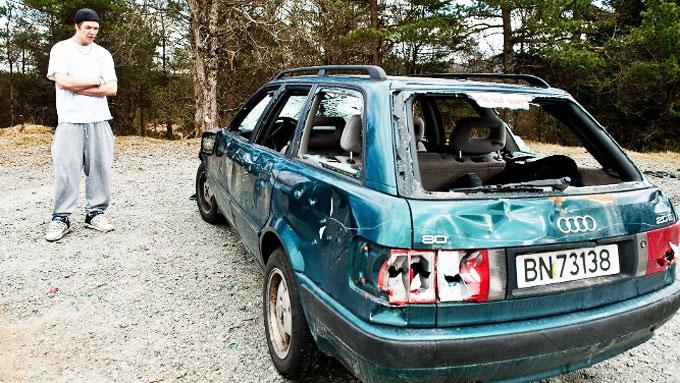 For bare to måneder siden kjøpte Daniel Lanesskog (19) denne bilen. Mens russen festet på Fanafjellet ble bilen ramponert. Politiet mener de skyldige deltok på russefeiringen. Foto: Vidar Langeland, ba.no/ANB