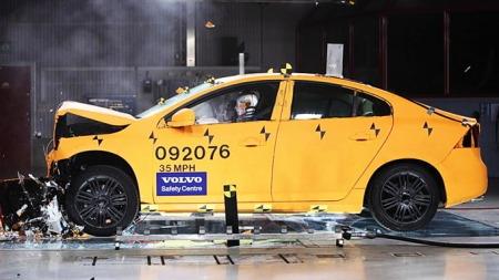 Volvo er en av bilprodusentene som var tidlig ute med å tenke kollisjonssikkerhet. Her testes deres S60.