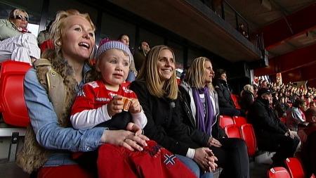 FOTBALLFRUER: Gyda Bech Thorsen, kalt danse-Gyda, er samboer med Bjørnar Holmvik. Kari Bakke er sykepleier og gift med ungdomskjæresten Eirik Bakke. Her er de sammen på Brann-kamp. (Foto: TV 2)