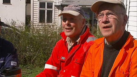 POSITIV: Pensjonisten Arne Polden (t.v.) ser lyst på fremtiden og mener det meste ordner seg. (Foto: Tommy Aase/TV 2)