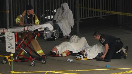 KRASJET I KAIEN: Skadde fergepassasjerer venter på å bli fraktet   bort i ambulanse. (Foto: Spencer Platt/AFP)