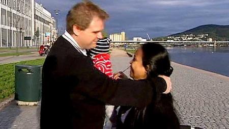 ER DET SANT: Ole Kristian og Laila Navrud blir veldig glade   når de får nyheten om gratis advokathjelp fredag kveld. (Foto: TV 2)