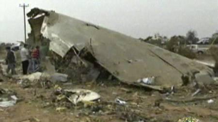 FLYRESTER: Bildet viser restene av flykroppen til Afriqiyahs flight 771 etter at det krasjet ved Tripoli internasjonale flyplass i Libya onsdag. (Foto: Libyan TV/AP)