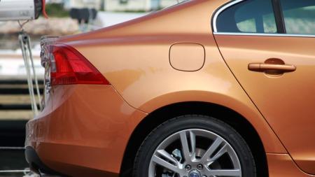 Nye S60 er vel så mye coupe som sedan, fire dører til tross (Foto: Kjetil H. Sviland)