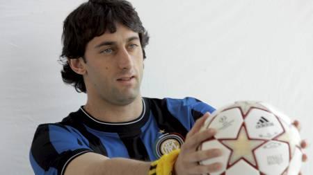 HER ER FINALEBALLEN: Inters Diego Milito viser frem ballen som skal brukes i Mesterliga-finalen den 22. mai. (Foto: ALESSANDRO GAROFALO/Reuters)