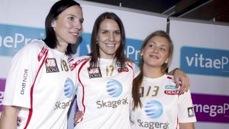 Håndballspiller Gro Hammerseng (midten) kommer hjem til Norge og er lysten på landslagsspill. Sammen med samboer Katja Nyberg (tv) og supertalentet Amanda Kurtovic (18) ble hun onsda (Foto: Holm, Morten/SCANPIX)