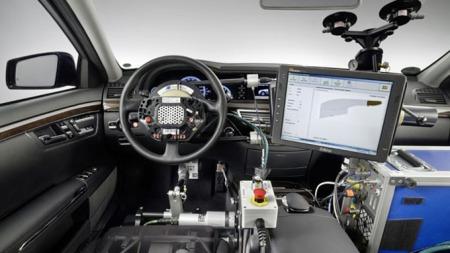 Slik ser den førerløse cockpiten ut anno 2010. Mye stash under testing av anti-kollisjonssystemer.  Foto: Mercedes-Benz