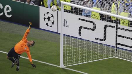Bayern Munich's goalkeeper Hans-Joerg Butt jumps for   the ball during the UEFA Champions League final football match Inter   Milan against Bayern Munich at th (Foto: MLADEN ANTONOV/Afp)