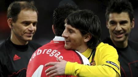PÅ VEI TIL BARCA: Cesc Fabregas kan bli lagkamerat med Lionel Messi i Barcelona neste sesong. (Foto: ADRIAN DENNIS/AFP)