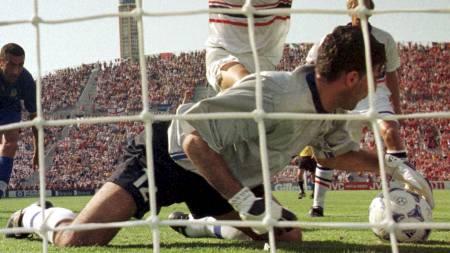 SÅ RØDT: Italias Gianluca Pagliuca ble den første keeperen som ble utvist i et VM-sluttspill - noensinne. (Foto: DOUG MILLS/AP)