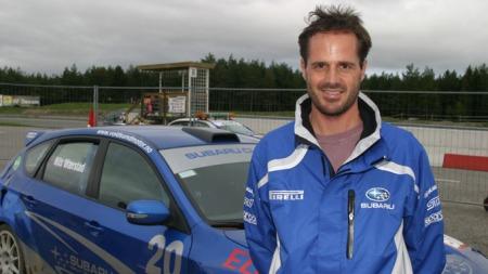 Subarus informasjonssjef Stian Thrane gratulerer med seiren - og viser samtidig fram premiejakka som er på vei.