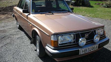 Kåre Libergs 244 GL fra 1980 har den originale gull-metallic-lakken   intakt. Denne bilen er uvanlig pent passet på, men du bør likevel sjekke   for rust under bilen! Foto: Privat