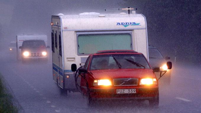Biler med campingvogn blir fort over 12 meter lange - og dermed  får de ikke lov å kjøre gjennom Oslofjordtunnelen. Forbudet gjelder inntil  arbeidene med å utbedre sikkerheten er ferdig - noe som forventes å skje  i slutten av mai. (Foto: Scanpix)